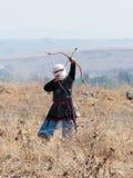 Uczestnik w odbudowie rogi Hattin bitwa w 1187 ubierał w kostiumach łuczniczka Muzułmański wojsko, strzela Zdjęcia Royalty Free