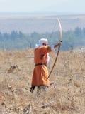 Uczestnik w odbudowie rogi Hattin bitwa w 1187 ubierał w kostiumach łuczniczka Muzułmański wojsko, strzela Obrazy Royalty Free