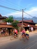 uczni jeździć na rowerze iść szkoła Obrazy Royalty Free