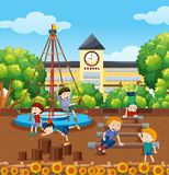 Ucznia playinf przy szkolnym boiskiem ilustracji