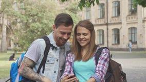 Ucznia wp8lywy selfies na kampusie zdjęcie royalty free