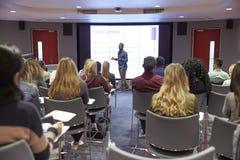 Ucznia wykład w nowożytnej uniwersyteckiej sala lekcyjnej, tylny widok zdjęcie royalty free