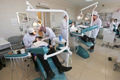 Ucznie ćwiczy dentystykę na medycznych atrapach w nauczanie uniwersytecie lub łatwości Obrazy Stock