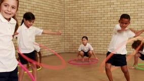 Ucznie ćwiczy z hula obręczem zdjęcie wideo