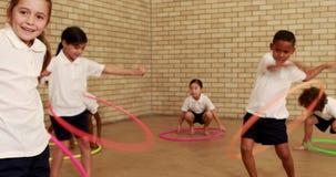 Ucznie ćwiczy z hula obręczem zbiory wideo