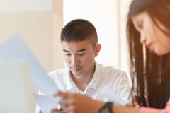 Ucznie Azjatycki mężczyzna lub rozpoczęcie biznesowe grupy robocze z docum zdjęcia royalty free