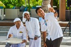 Ucznie bierze selfie z muzułmańskim maldivian ortografia nauczycielem zdjęcie stock
