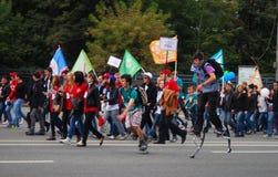 Ucznie chodzą na ulicie, one uczestniczą w paradzie Fotografia Royalty Free