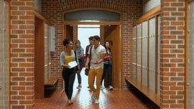 Ucznie chodzi w dół korytarz szafka zdjęcie wideo
