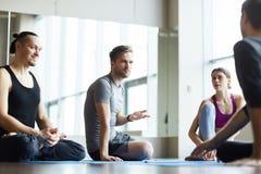 Ucznie dyskutuje trenować z joga trenerem fotografia royalty free