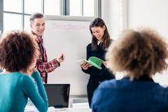 Ucznie dzieli pomysły i opinie podczas gdy brainstorming podczas klasy zdjęcie stock