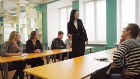 Ucznie i żeński nauczyciel podczas lekci w sala lekcyjnej zbiory