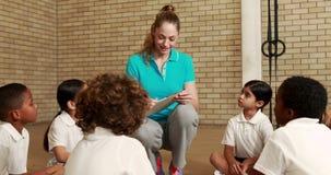 Ucznie i nauczyciel podczas sportów lekcyjnych zdjęcie wideo