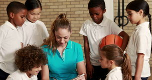 Ucznie i nauczyciel podczas sportów lekcyjnych zbiory