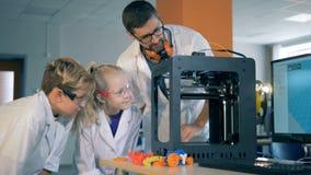 Ucznie i nauczyciel studiują technologię, pracuje z 3D drukarką up, zakończenie zdjęcie wideo
