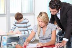 Ucznie i nauczyciel w klasie Zdjęcie Royalty Free