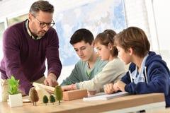 Ucznie i nauczyciel w sala lekcyjnej Fotografia Stock