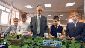 Ucznie i nauczyciel w sala lekcyjnej uczy się o energii odnawialnej zdjęcie wideo