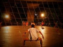 Ucznie i potomstwo dorosli bawić się piłkę nożną przy nocą w Bangkok, obraz royalty free