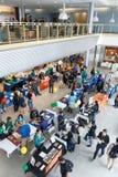 Ucznie i szkoła wyższa przedstawiciele przy przeniesienie szkoły wyższa jarmarkiem Zdjęcia Royalty Free