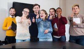 Ucznie kompletnie cieszy się ich studia Zdjęcia Stock