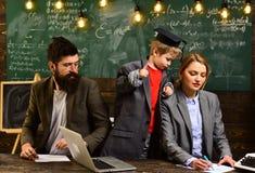 Ucznie komunikują na miarowej podstawie z adiunktem Uniwersytecki męski mówca prowadzi biznesowego szkolenie awesomeness zdjęcia royalty free