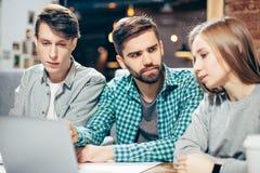 Ucznie komunikuje przy kawiarnią po lekci Zdjęcia Stock