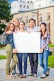 Ucznie lub nastolatkowie z białą puste miejsce deską fotografia royalty free
