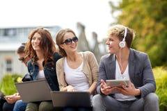 Ucznie lub nastolatkowie z laptopami Obraz Royalty Free