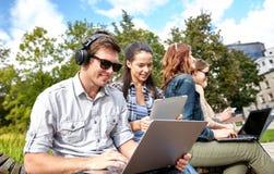 Ucznie lub nastolatkowie z laptopami Obrazy Royalty Free