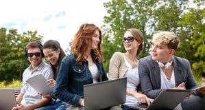 Ucznie lub nastolatkowie z laptopami Obraz Stock
