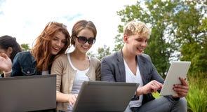 Ucznie lub nastolatkowie z laptopami Zdjęcia Royalty Free