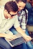 Ucznie lub nastolatkowie z laptopem Obraz Royalty Free