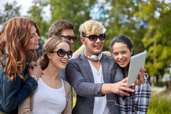 Ucznie lub nastolatkowie z pastylka komputerem osobistym bierze selfie zdjęcia stock