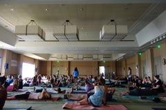 Ucznie opowiadają i zbierają przed rozpoczęciem wielkiej joga klasy przy Zdjęcie Stock