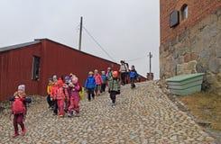 Ucznie opuszczają Hameen kasztel po odwiedzać, Finlandia obraz stock