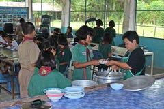 Ucznie otrzymywają jedzenie od kobieta kucharza Obraz Stock