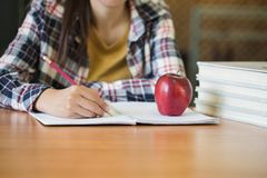 Ucznie piszą książkach w bibliotece, edukacji pojęcie fotografia stock