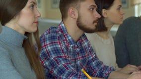 Ucznie piszą puszku co mówił wykładowca zdjęcie wideo