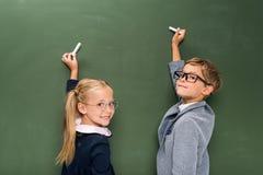 Ucznie pisze na chalkboard zdjęcie royalty free