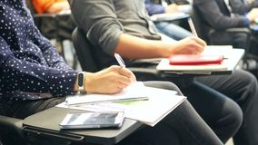 Ucznie pisze notatnikach zbiory