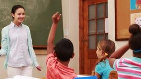 Ucznie podnosi ich ręki podczas klasy zdjęcie wideo