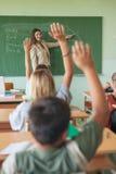 Ucznie Podnosi ręki w Maths Lekcyjni Obraz Royalty Free