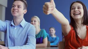 Ucznie pokazuje aprobaty na lekci przy szkołą zbiory wideo