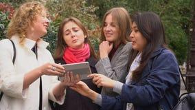 Ucznie pokazuje kustosz fotografie na pastylce outside w zwolnionym tempie zdjęcie wideo