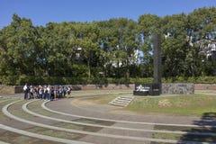 Ucznie przed zabytkiem który zaznacza epicentrum Nagasaki bomba atomowa zdjęcia royalty free