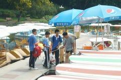 Ucznie przygotowywają bawić się z małą łódką Zdjęcia Stock