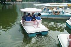 Ucznie przygotowywają bawić się z małą łódką Zdjęcia Royalty Free