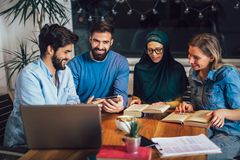 Ucznie różnorodny etniczny uczyć się w domu Uczenie i narządzanie dla uniwersyteckiego egzaminu, selekcyjna ostrość obraz royalty free