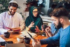 Ucznie różnorodny etniczny uczyć się w domu Uczenie i narządzanie dla uniwersyteckiego egzaminu obraz stock